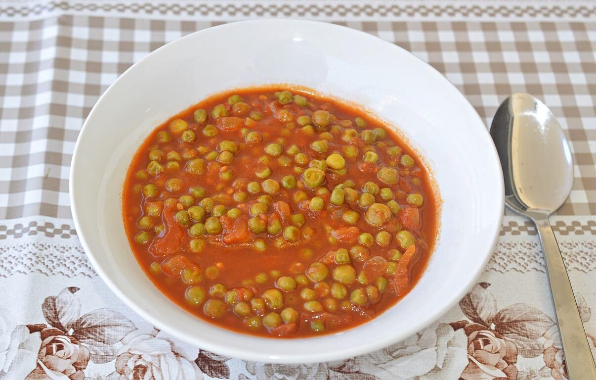 אפונה ברוטב עגבניות