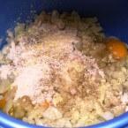 להוסיף ביצים, קמח ופירורי לחם