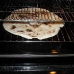 מכניסים את הפיתה לתנור בחום גבוה עד שהפיתה מעט מתקשה