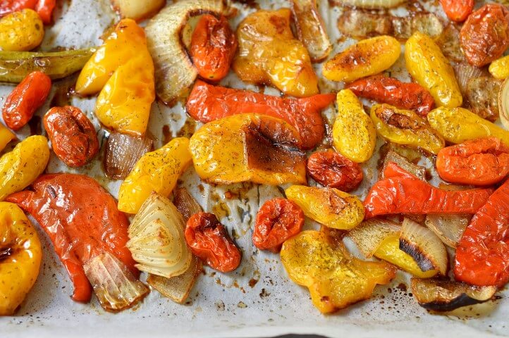 פלפלים ועגבניות צלויים בתנור