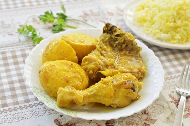 עוף מבושל ברוטב צהוב