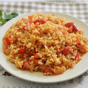 אורז מלא עם עגבניות וגמבה