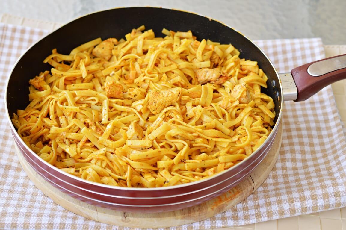 תבשיל אטריות וחזה עוף