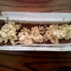 מעבירים את תערובת החלבה על תערובת השוקולד