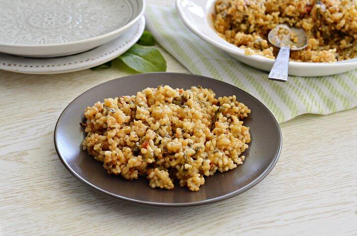 אורז מלא עם תרד ועגבניות
