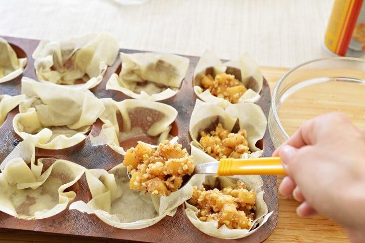 הכנת סלסלות פילו במילוי תפוחים