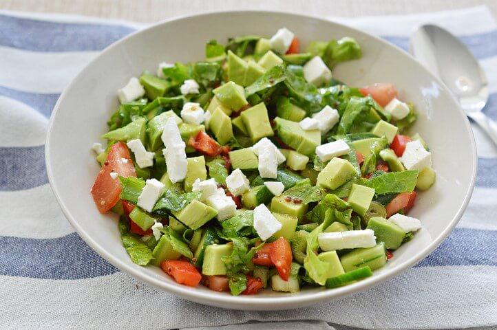 סלט אבוקדו עם ירקות ובולגרית