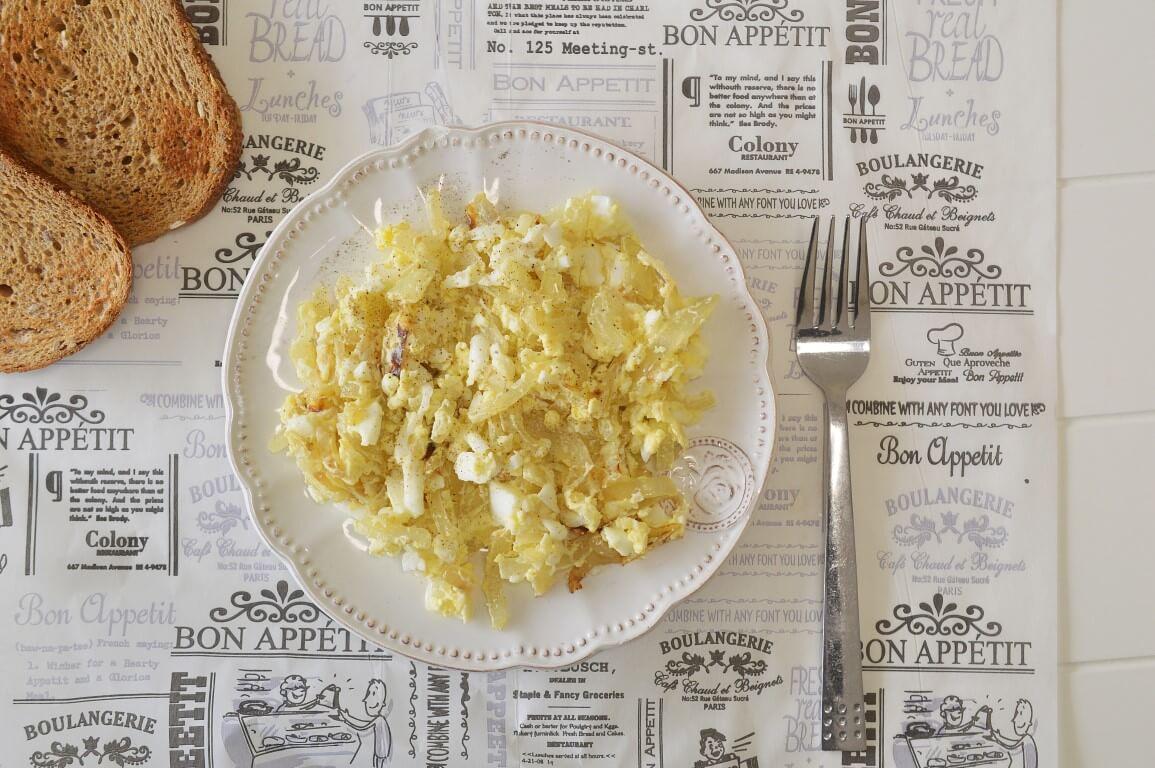 סלט ביצים ובצל מטוגן