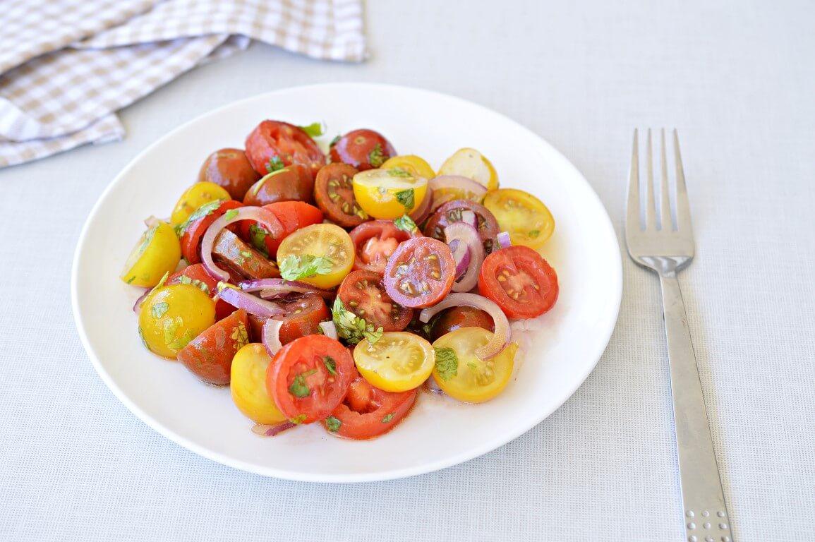 סלט עגבניות שרי ובצל סגול